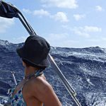 03-caraibi-in-barca-vela-onda-oceanica