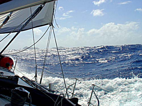 08-caraibi-in-barca-vela onda oceanica