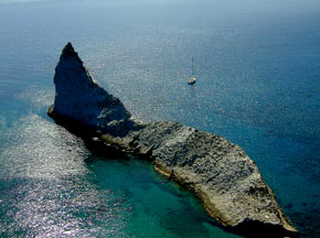 Cala Brigantina e scoglio Suvace a Palmarola, isole Pontine