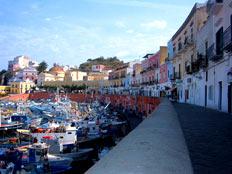 Il porto di Ponza deserto a ottobre