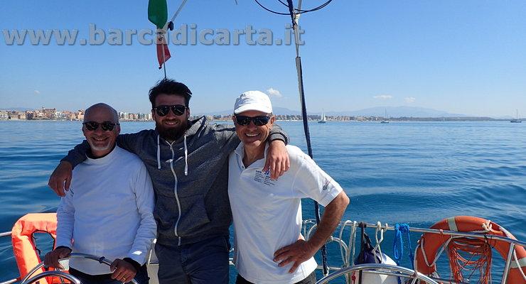 Amici in barca a vela