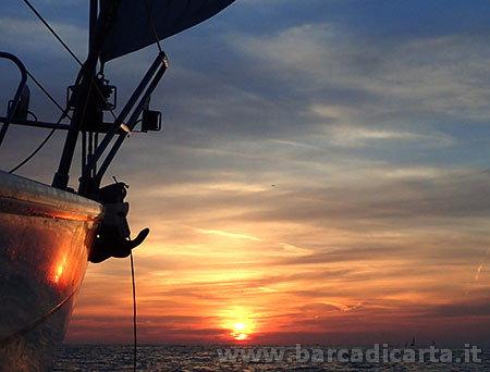 Tramonto in barca a vela a Ostia