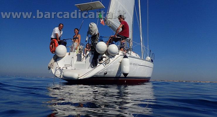 Bagno dalla barca a vela