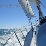 Barca vela inclinata di bolina