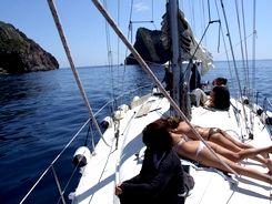 relax in coperta della barca a vela