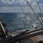 Domenica a vela, la barca naviga di bolina