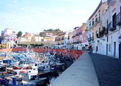 il porto di Ponza nel week end