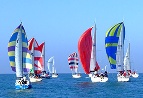 barche in regata nel campionato a vela di fiumicino