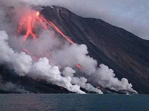 vacanze alle isole Eolie in barca a vela - Isola di Stromboli - la sciara del fuoco vista dalla barca durante l'eruzione 08-2014