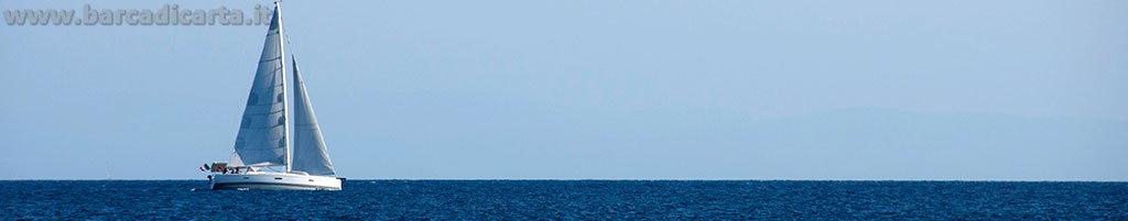 Una barca a vela in vacanza solca il mare