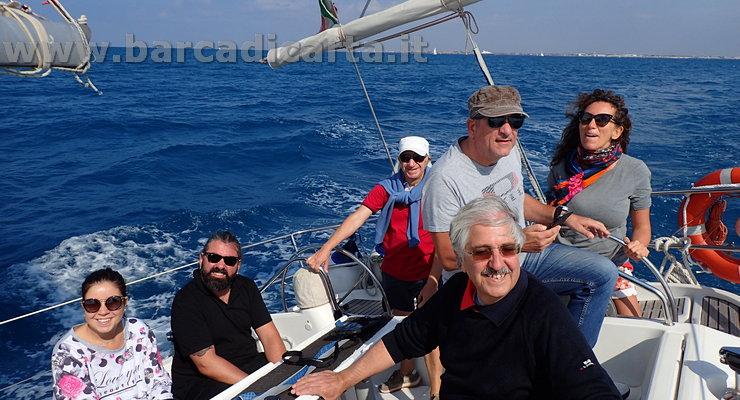 Timonare la barca a vela con vento fresco